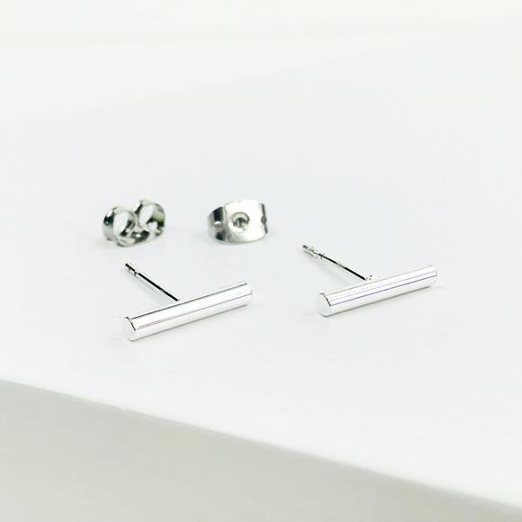 CLOSET REHAB Jewelry - Bar Stud Earrings in Silver